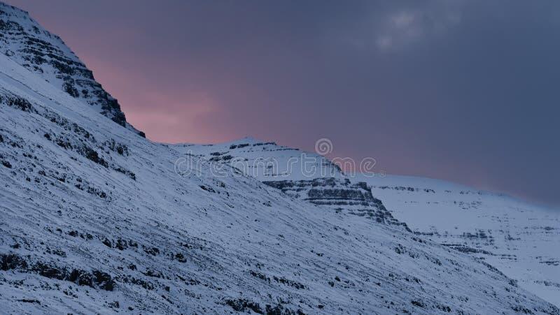 Puesta del sol de los fiordos de Islandia imagen de archivo libre de regalías
