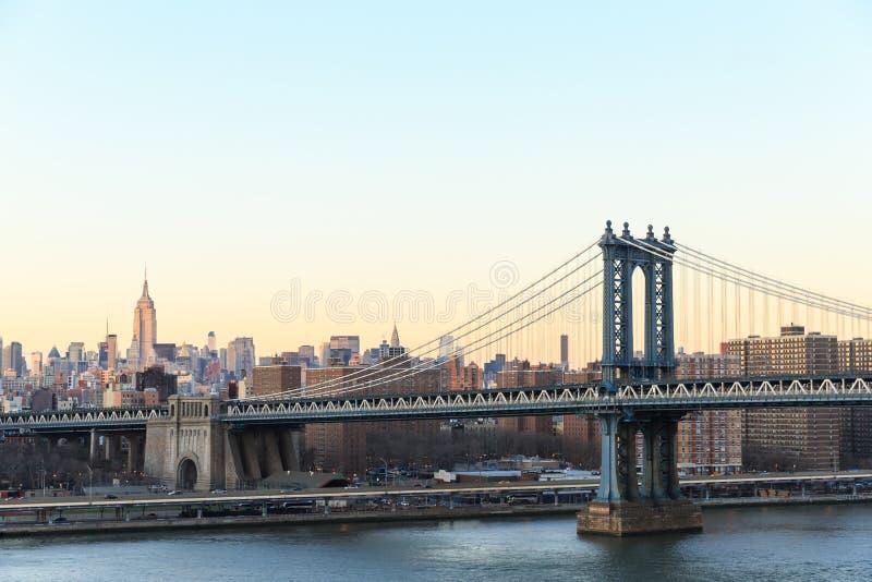 Puesta del sol de New York City con el foco en el puente de Manhattan fotografía de archivo libre de regalías