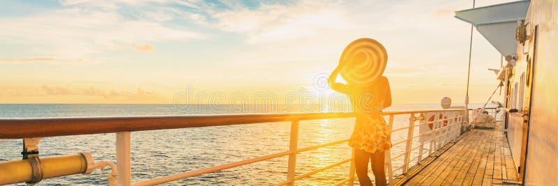 Puesta del sol de observación de lujo de la mujer elegante del viaje de las vacaciones del barco de cruceros sobre el mar del Car fotografía de archivo libre de regalías