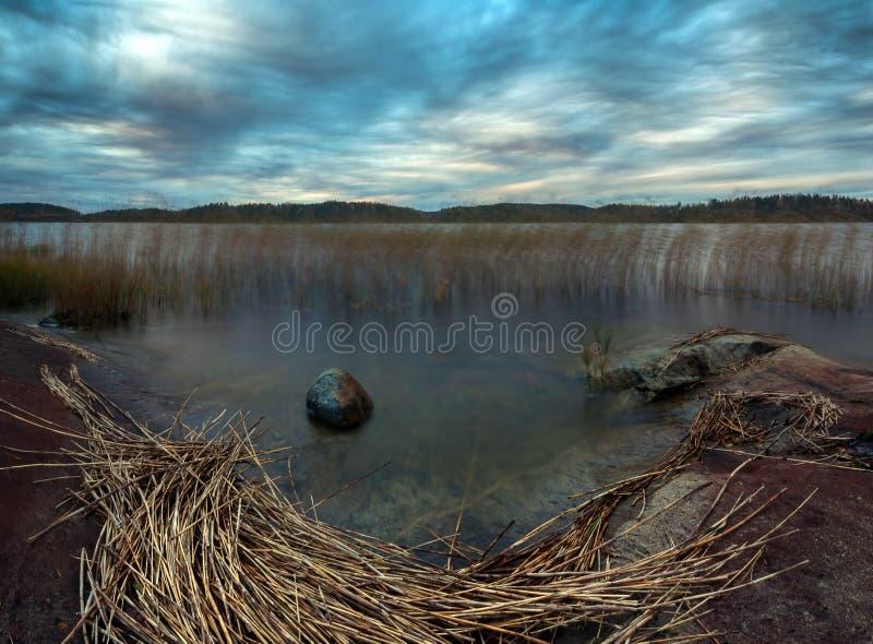 Puesta del sol de octubre en el lago Ladoga fotos de archivo