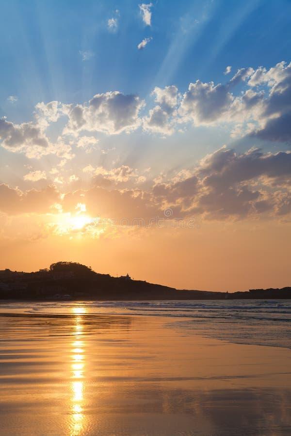 Puesta del sol de oro agradable en la playa del mar fotos de archivo