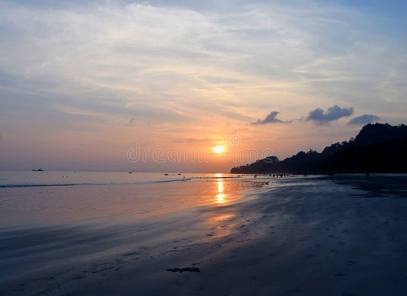 Puesta del sol de oro con la reflexión en agua de mar en la playa de Radhanagar, isla de Havelock, Andaman, la India imagenes de archivo