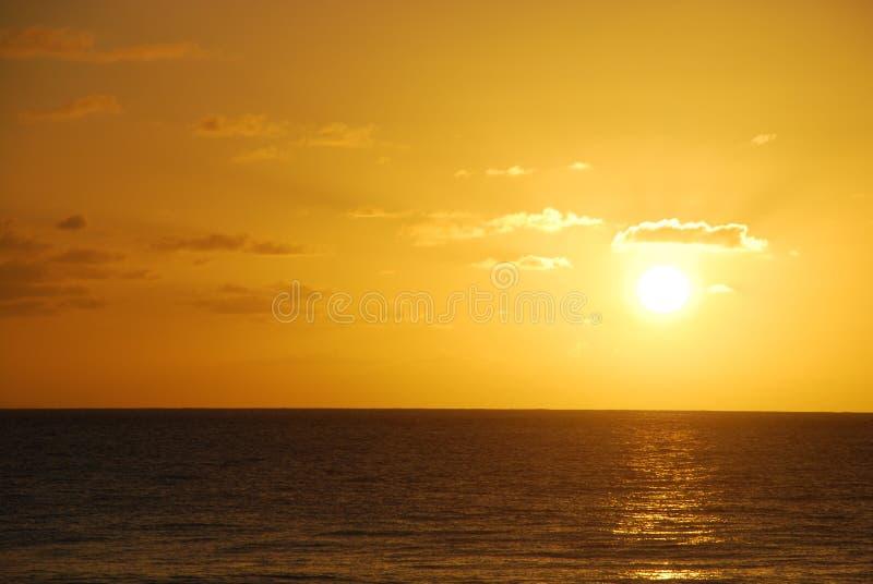 Puesta del sol de oro del océano fotografía de archivo