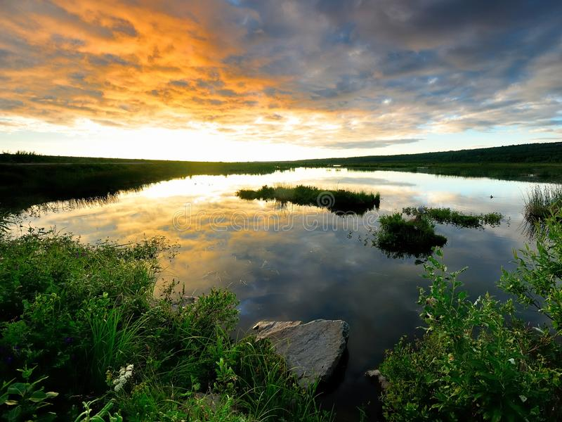 Puesta del sol de oro en Alaska fotos de archivo libres de regalías