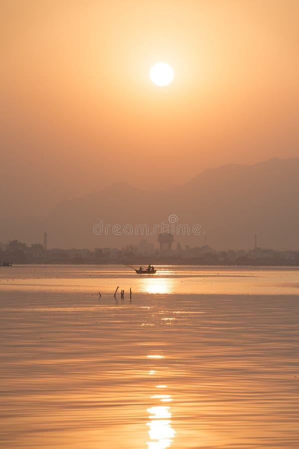 Puesta del sol de oro en el lago ana Sagar en Ajmer, la India imagenes de archivo