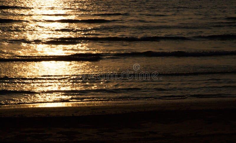 Download Puesta Del Sol De Oro En El Mar Imagen de archivo - Imagen de claro, estación: 42430771