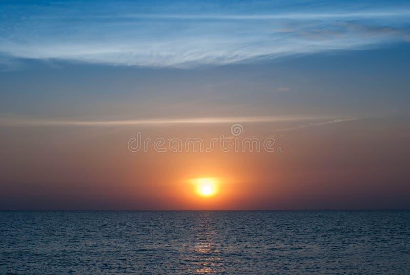 Puesta del sol de oro en la playa fotos de archivo libres de regalías
