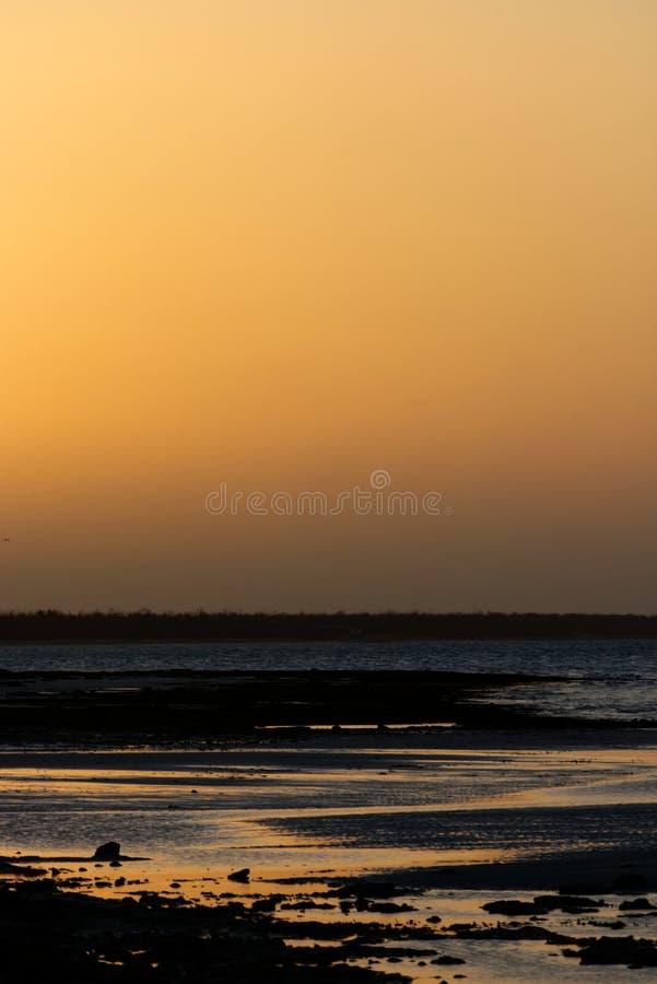 Puesta del sol de oro en la playa en el Caribbeans fotografía de archivo libre de regalías