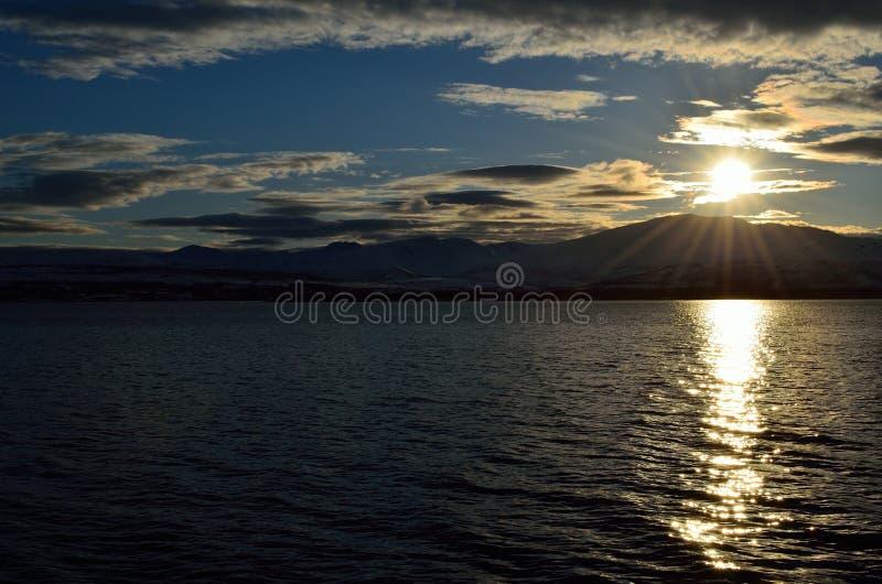 Puesta del sol de oro hermosa sobre la montaña fotografía de archivo libre de regalías