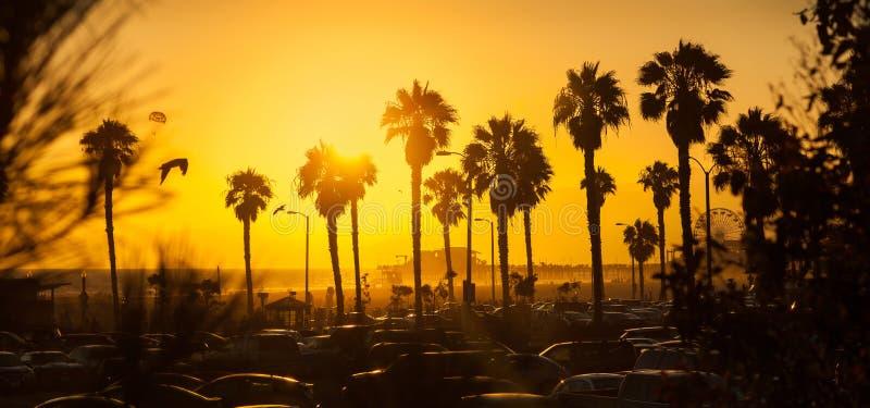Puesta del sol de oro magnífica en la playa de Los Ángeles imágenes de archivo libres de regalías