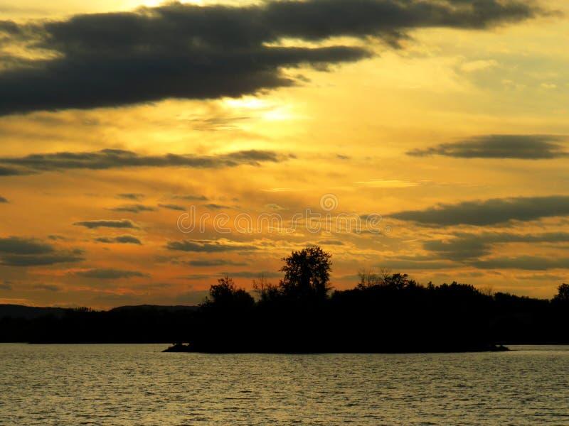 Puesta del sol de oro por el río en Laval foto de archivo