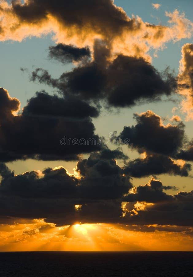 Puesta del sol de oro sobre los mares oscuros fotografía de archivo