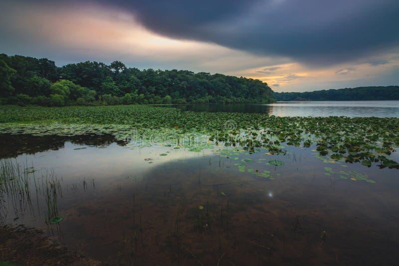 Puesta del sol de piedra del lago foto de archivo libre de regalías