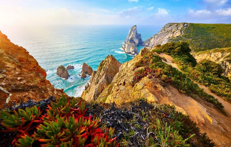 Puesta del sol de Portugal Ursa Beach en Oc?ano Atl?ntico fotos de archivo