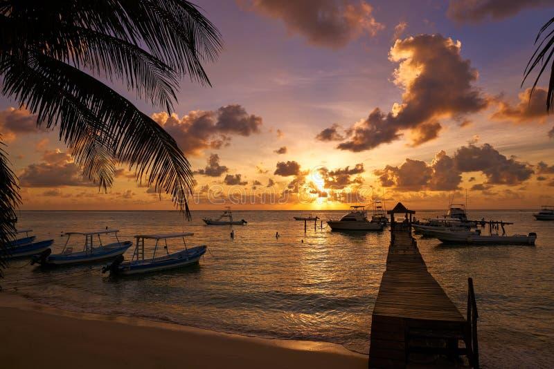 Puesta del sol de Puerto Morelos en maya de Riviera foto de archivo