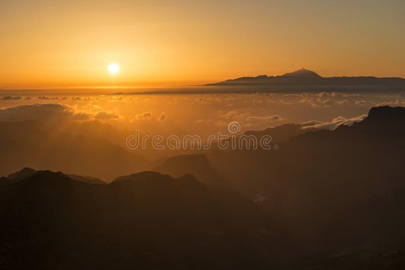 Puesta del sol de Roque Nublo foto de archivo
