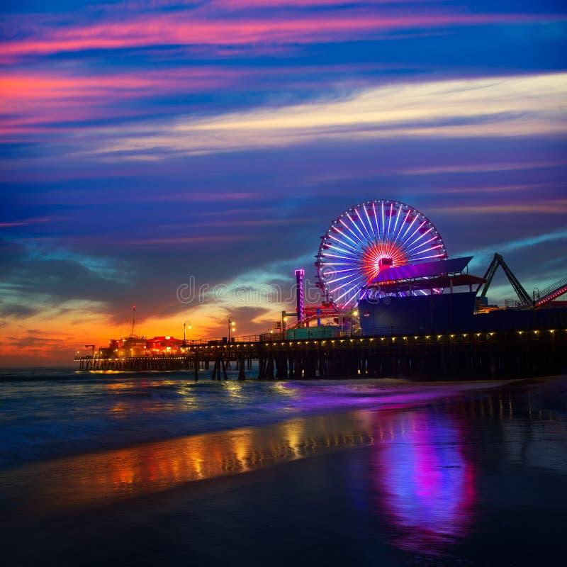 Puesta del sol de Santa Monica California en la rueda de Pier Ferrys imágenes de archivo libres de regalías