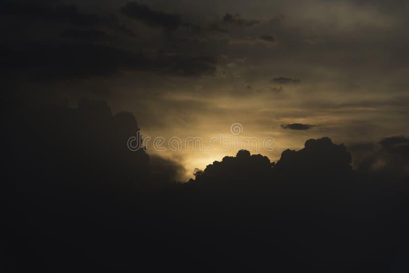 Puesta del sol de Silhoutte de la ciudad imagenes de archivo