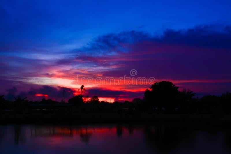 Puesta del sol de Silouette en el crepúsculo, Samutprakarn Tailandia imagen de archivo libre de regalías
