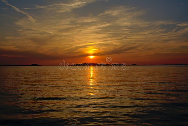 Puesta del sol de Solorfull sobre el mar adriático con la silueta de una isla o el horizonte fotografía de archivo libre de regalías