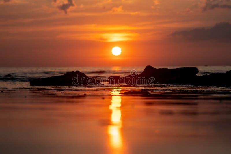Puesta del sol de Tailandia que refleja en la playa imagenes de archivo