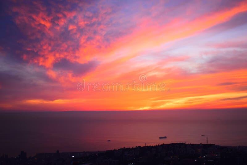 Puesta del sol de Thougtful por completo de reflexiones y de colores Esto es una puesta del sol de los suburbios de Beirut, una c fotografía de archivo libre de regalías