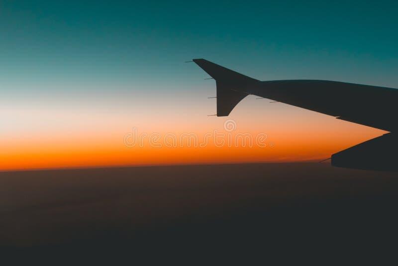 Puesta del sol de un avión fotos de archivo