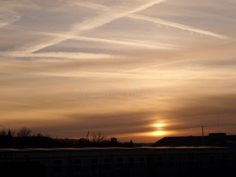 Puesta del sol de un tren corriente foto de archivo libre de regalías