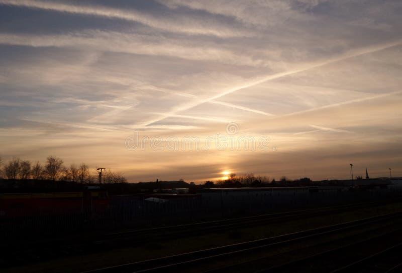 Puesta del sol de un tren corriente fotografía de archivo
