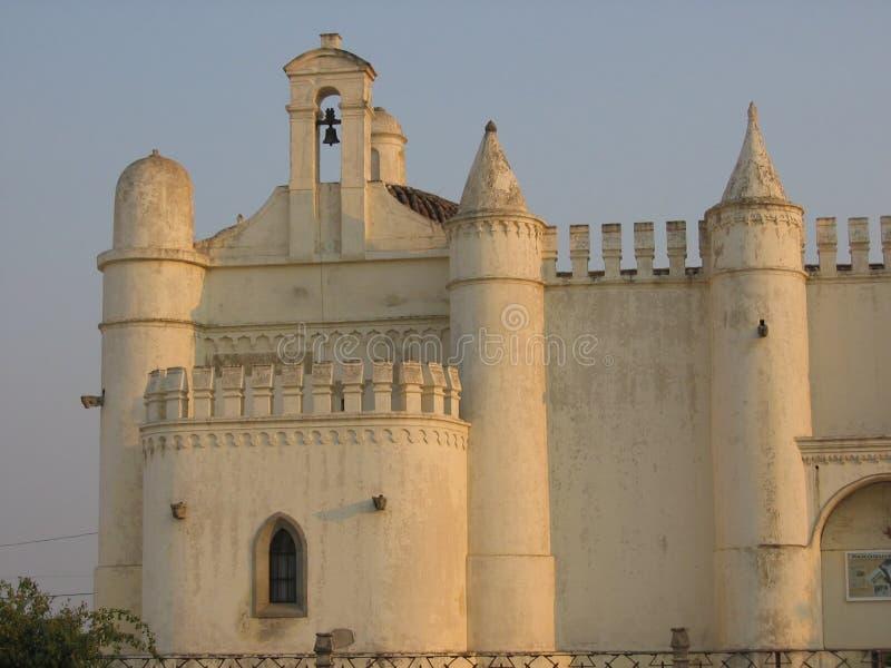 Puesta del sol de una parte de la iglesia de la fortaleza de Ermida de Sao Bras a Evora en Alentejo, Portugal imagen de archivo libre de regalías