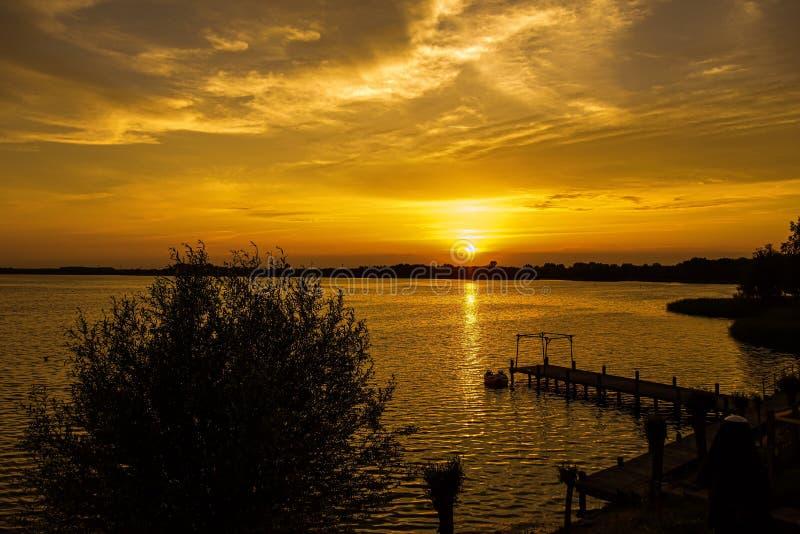 Puesta del sol de Veluwe del lago foto de archivo libre de regalías