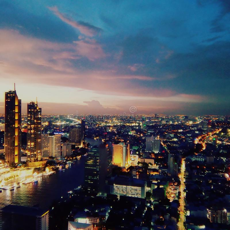 Puesta del sol de viernes en Bangkok imagen de archivo libre de regalías