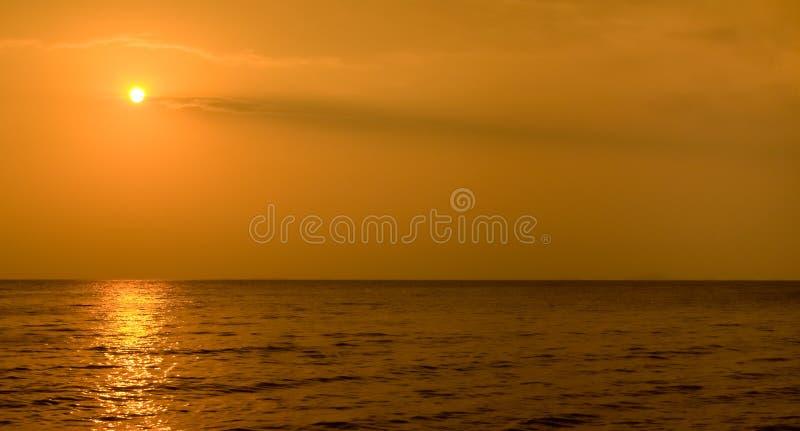 Puesta del sol de Vietnam en la playa fotos de archivo