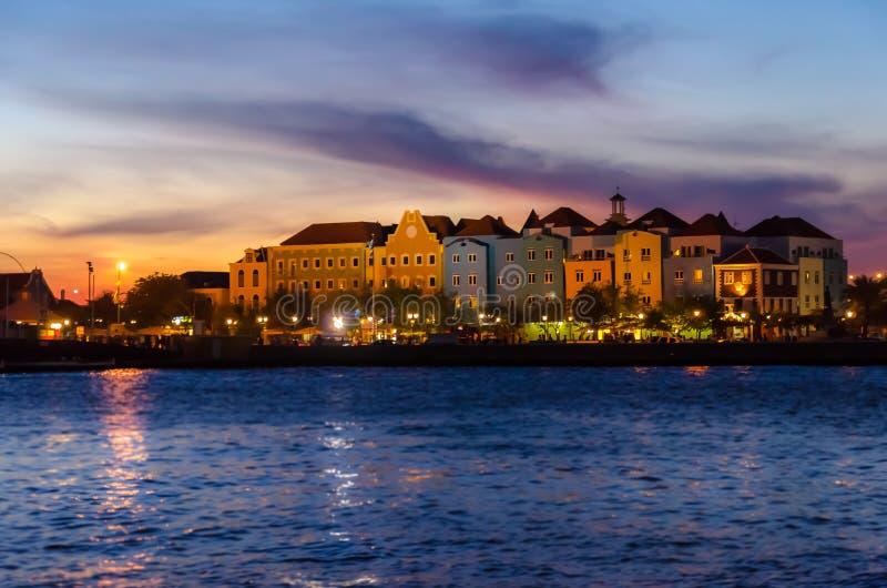 Puesta del sol de Willemstad en Curaçao con las luces de la noche foto de archivo