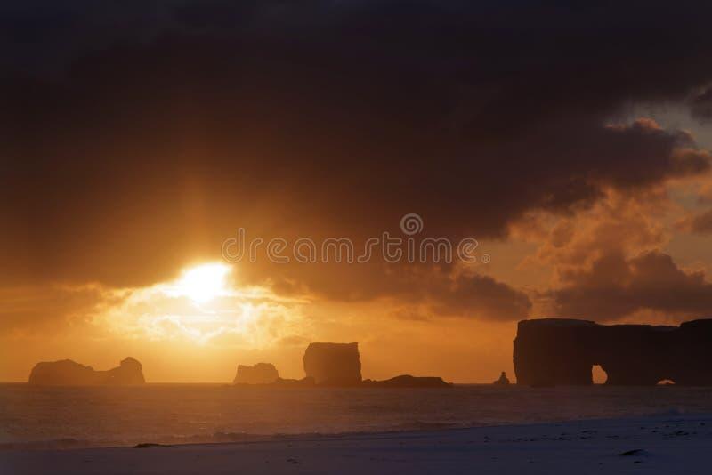 Puesta del sol debajo de las nubes oscuras fotos de archivo