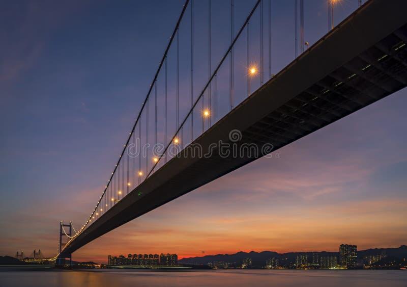 Puesta del sol debajo de Tsing Ma Bridge de Hong Kong fotografía de archivo libre de regalías