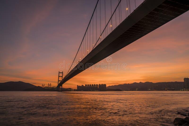 Puesta del sol debajo de Tsing Ma Bridge de Hong Kong imagen de archivo