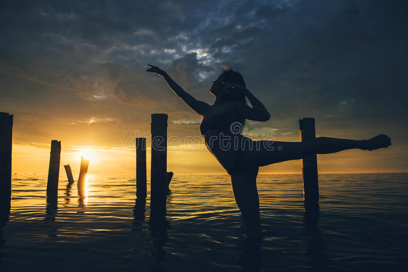 Puesta del sol del agua del bailarín imagen de archivo