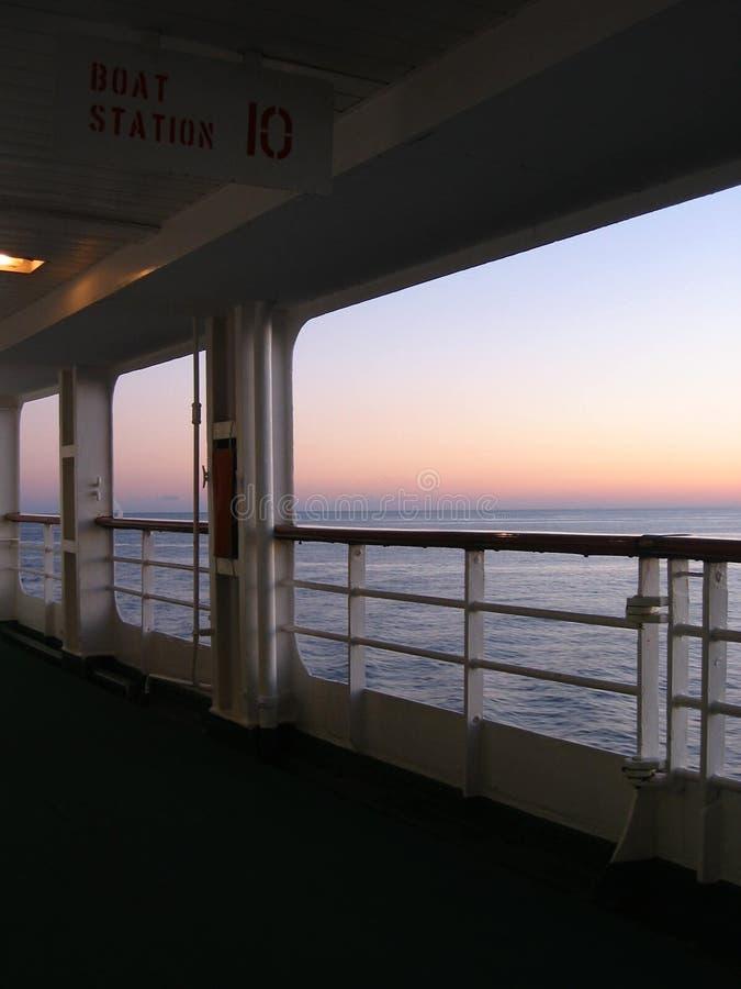 Puesta del sol del barco de cruceros foto de archivo