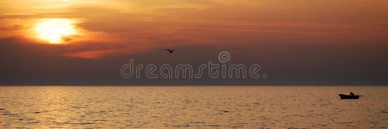 Puesta del sol del barco del pescador imagenes de archivo