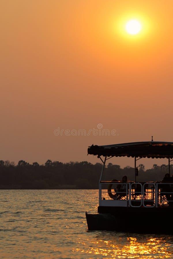 Puesta del sol del barco del viaje en el Zambeze fotos de archivo