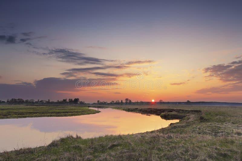 Puesta del sol del campo de la primavera sobre el río fotos de archivo libres de regalías