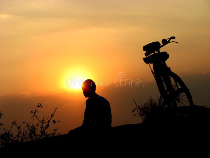 Puesta del sol del ciclista fotografía de archivo