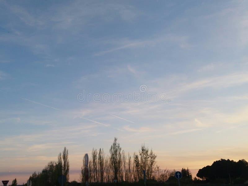 Puesta del sol del cielo en el campo imagenes de archivo