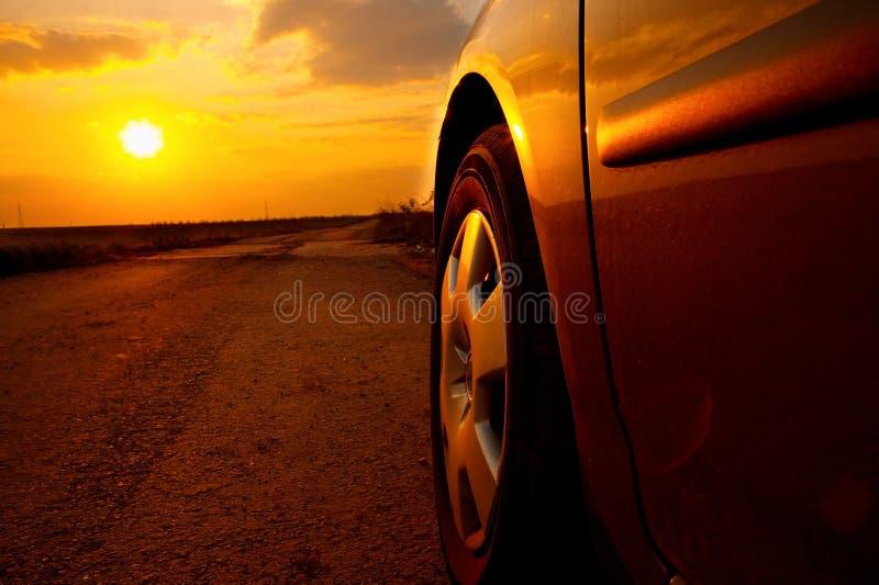 Puesta del sol del coche imagenes de archivo