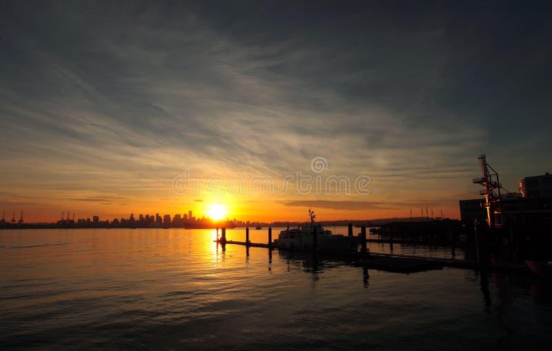 Puesta del sol del horizonte de la ciudad foto de archivo