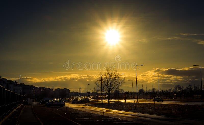 Puesta del sol del invierno en Belgrado con algunas nubes dramáticas fotografía de archivo