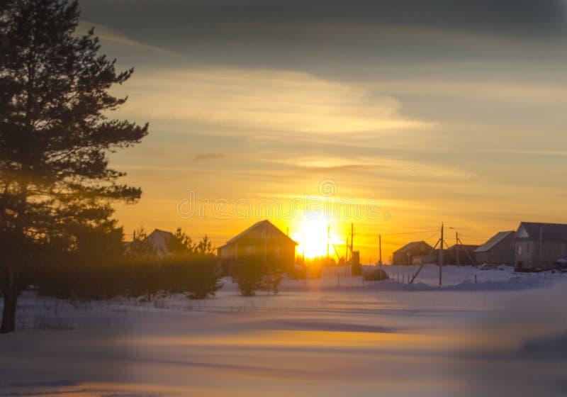 Puesta del sol del invierno en el campo ruso foto de archivo