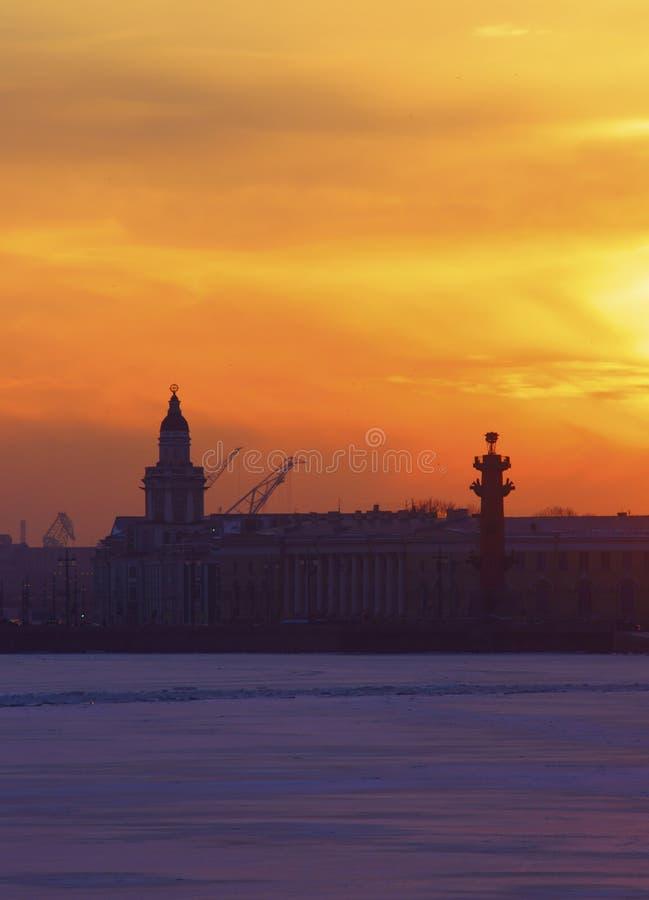 Puesta del sol del invierno en Neva River imagen de archivo libre de regalías