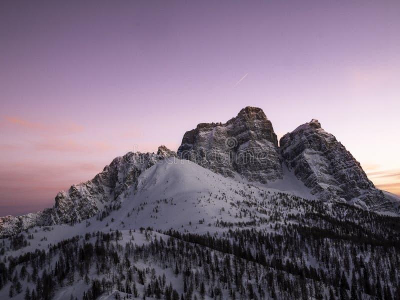 Puesta del sol del invierno sobre las dolomías imagenes de archivo